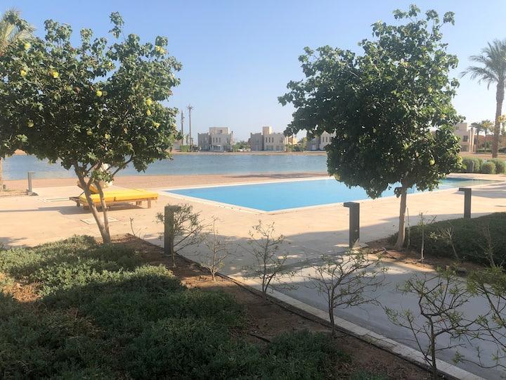 Sunny lovely 1 bedroom w pool & lagoon in Joubal