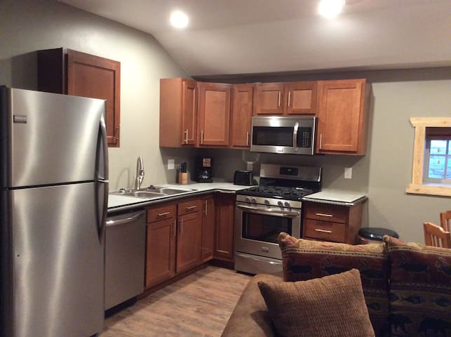 Newly renovated 1 bedroom suite, full kitchen  (A)