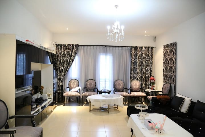 Hurry up huge Villa in Al Barsha - Dubai - Hus