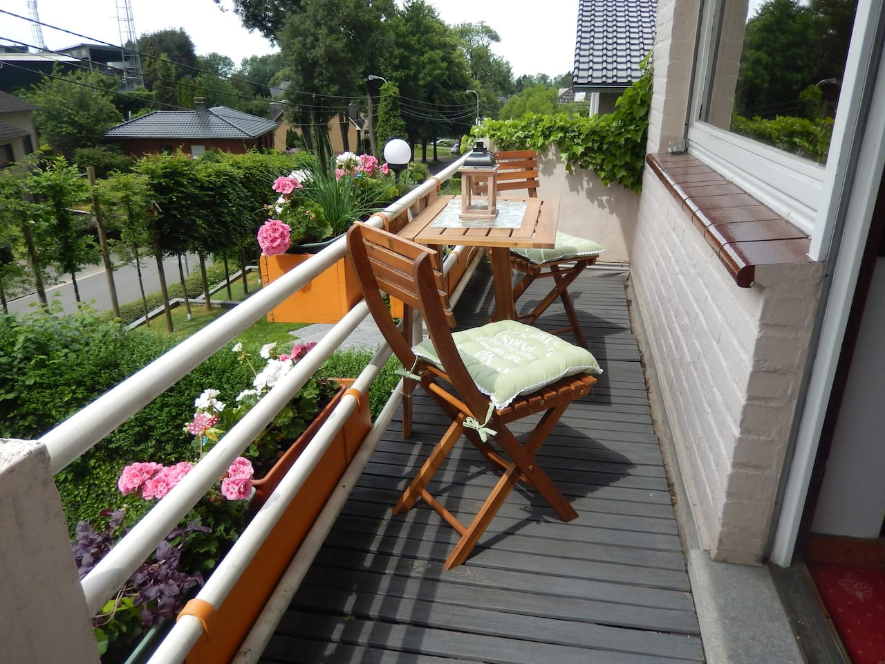 Private balcony adjacent to airbnb room