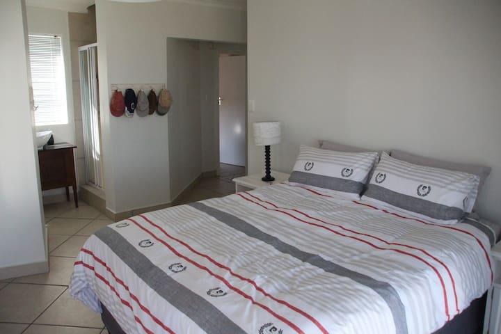 Main Bedroom with en-suite shower & toilet.