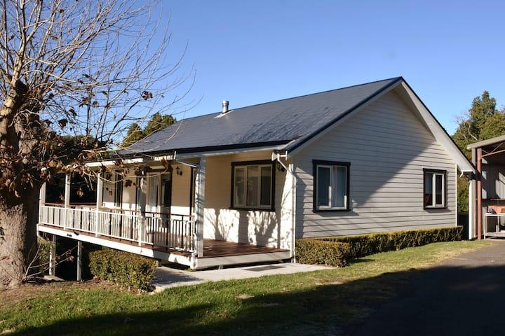 Pearsons Cottage - Farm, tennis, pet friendly.
