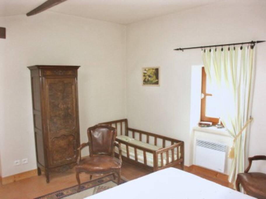 Chambre jaune : lit pour enfant de moins de 6 ans (lit parapluie disponible).
