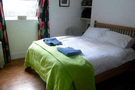 A Double room in Leafy Forest Hill - London