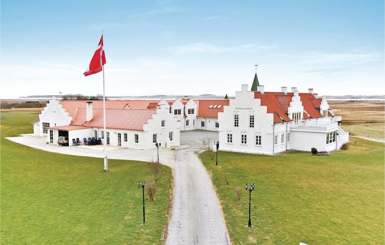Holiday cottage with 16 bedrooms on 1000 m²