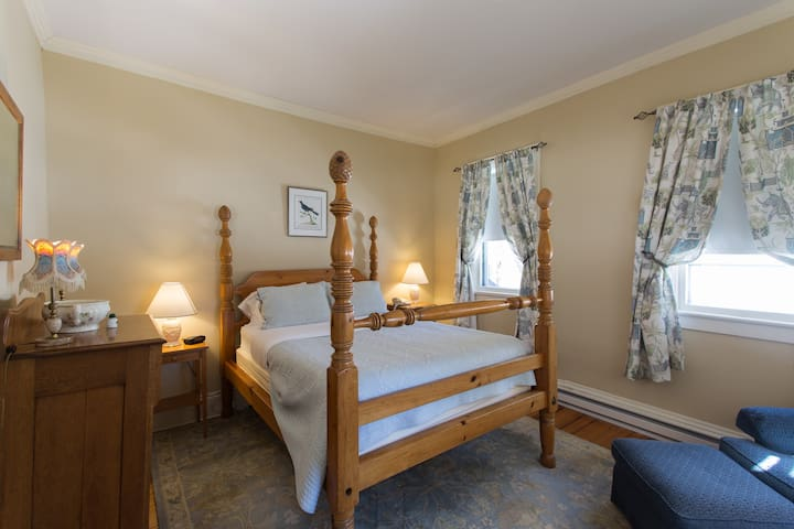 Apple Tree Inn - Leighton Rollins Room