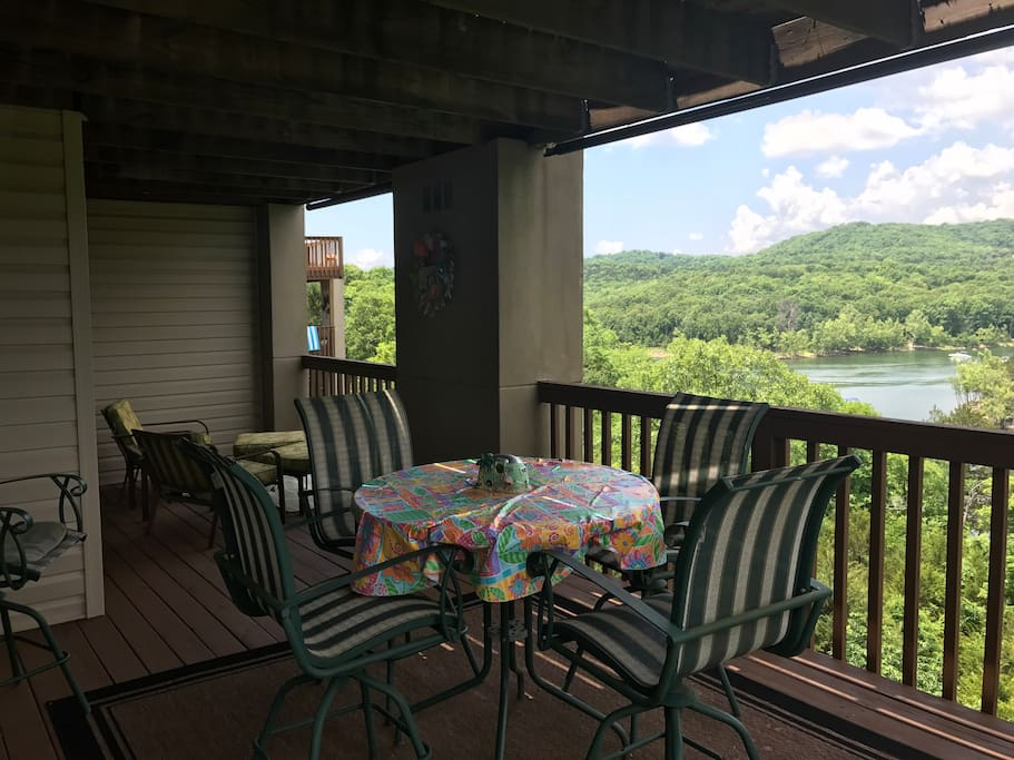 Large deck directly overlooking Table Rock Lake