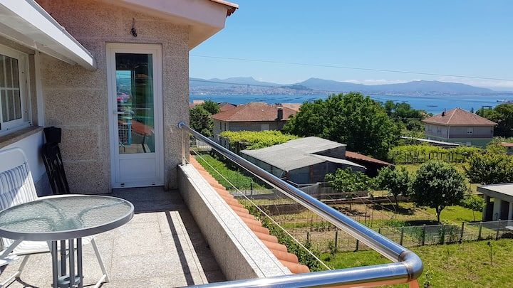 Apartment with 2 bedrooms in Moaña, with wonderful sea view, enclosed garden and WiFi
