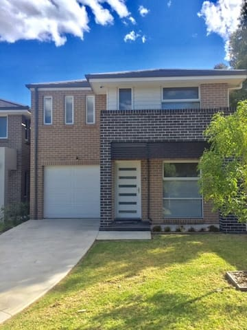 ALPINE PLACE VILLA 36 - SYDNEY Brand new house - Carnes Hill - Huis