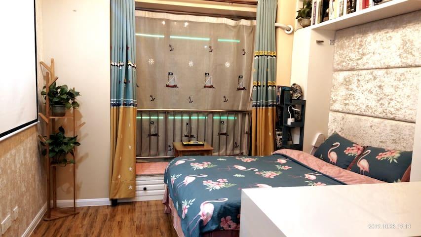 温度影院式公寓120寸投影房/游戏房/智能门锁/情侣大床房——做一间有温度的公寓!