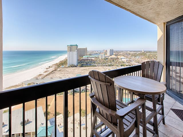 17th Floor Beautiful Condo, Splash pad w/ multiple pools & hot tub