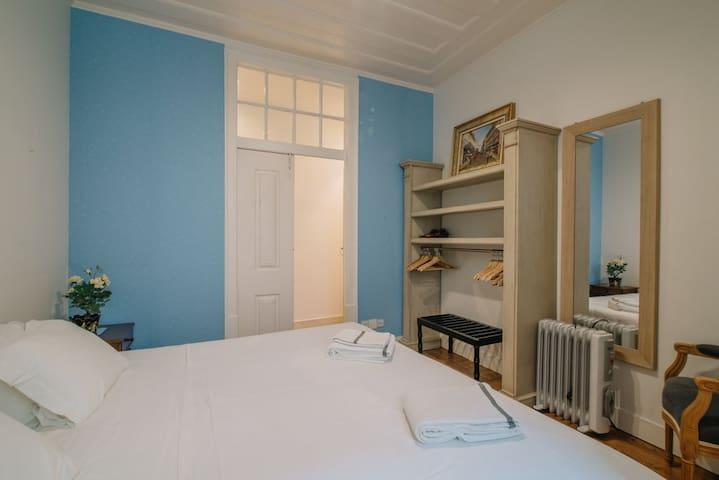 3-bedroom comfortable retro apartment