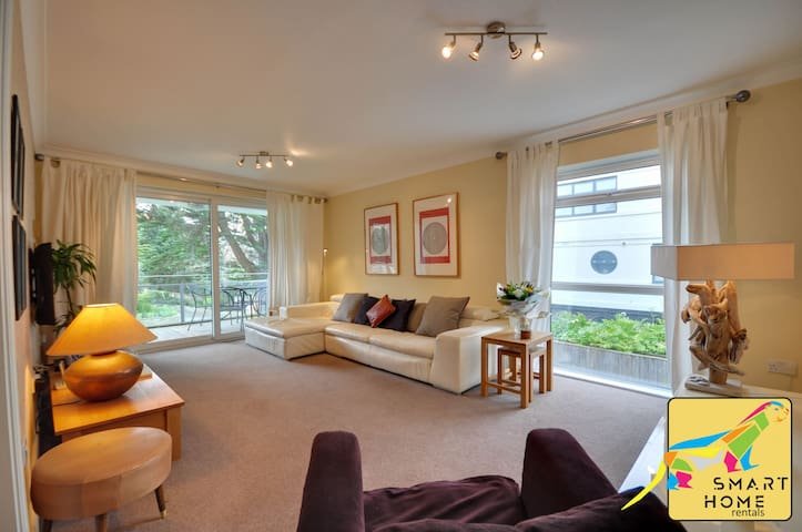 Seahaven: Sandbanks beach, luxury two bedroom apartment with balcony
