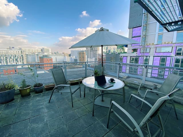 Spacious City Centre Penthouse with Private Roof