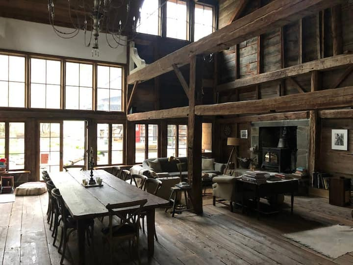 Bearsville Barn: Rustic Renovated Barn with Chef's Kitchen & Outdoor Pizza Oven