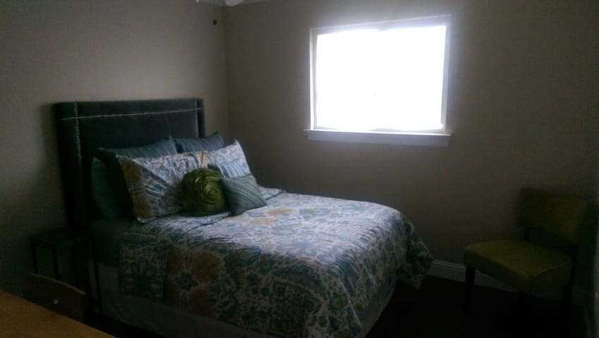 Comfortable Bedroom With Bathroom - Kenner - Hus