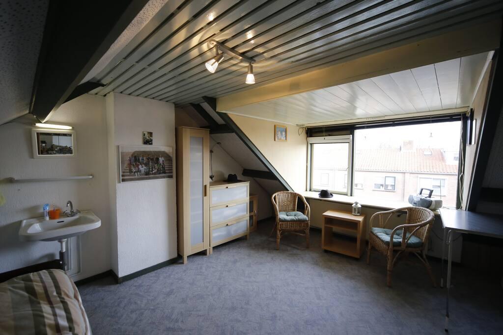 Zolderkamer met wasbakje via vaste trap bereikbaar