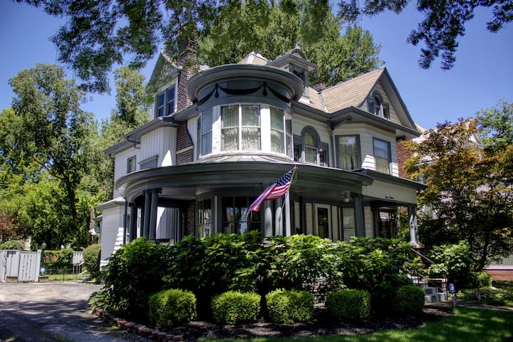 Historic Victorian Home (Large Home/Outdoor Space)