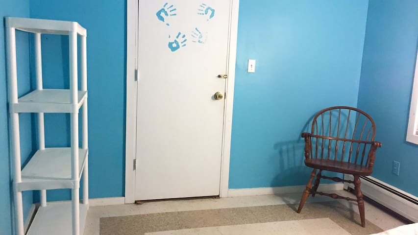"""The Handprints"" a Small Private Monsey Room - Monsey - Haus"