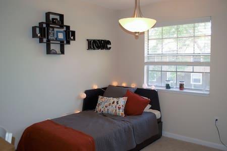A Cozy Bed Near the Beach - Town 'n' Country - Apartmen