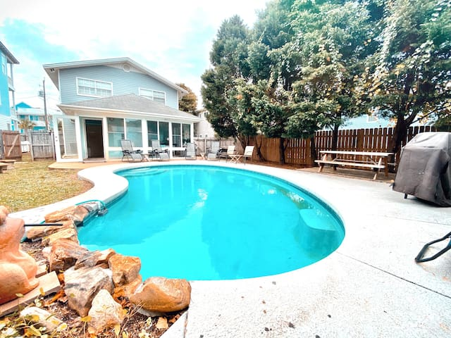 1 Minute Walk To The Beach, Private Heated Pool!