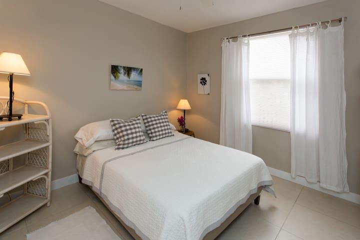 Bedroom #1. Queen-sized bed, air-condition, ceiling fan, en-suite bathroom.