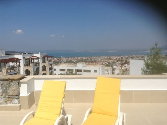 2 bed apartment with pool/seaviews