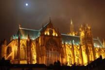 la cathédrale Saint-Etienne illuminée