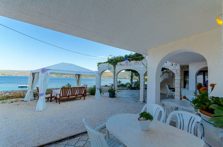 Studio Apartment, beachfront in Razanj