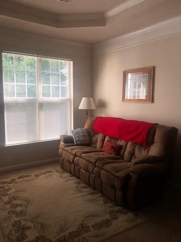 Spacious Apt, Pool access, 5 min from 400 access