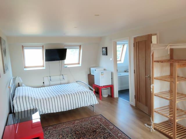 En-suite double bedroom well located for Heathrow