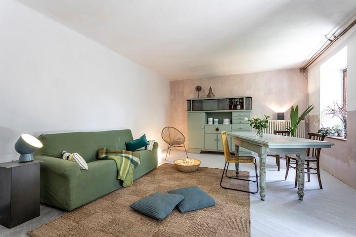 Casa di pietra immersa nella natura del Monferrato