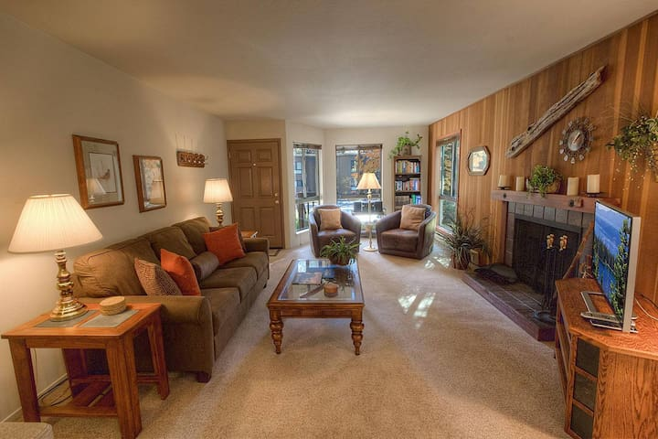 Cozy Condo, Fireplace. Hot Tub, Pool, Sauna, BBQ in Cplx (CDC0209)