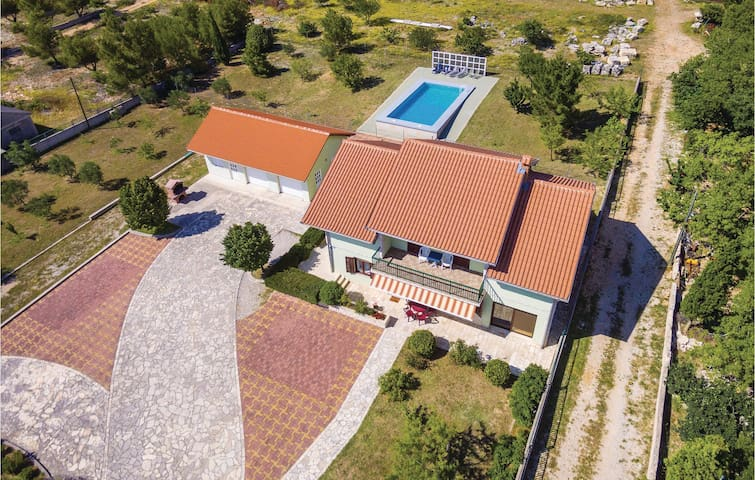 Holiday cottage with 4 bedrooms on 179m² in Lisicic