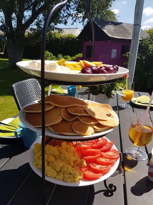 Hyggelig terrasse til morgenmad og grillaftener.