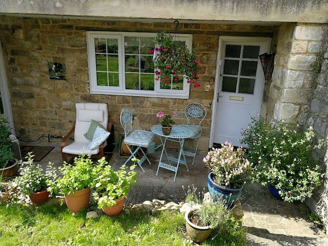 Guest room for females -central Bradford on avon