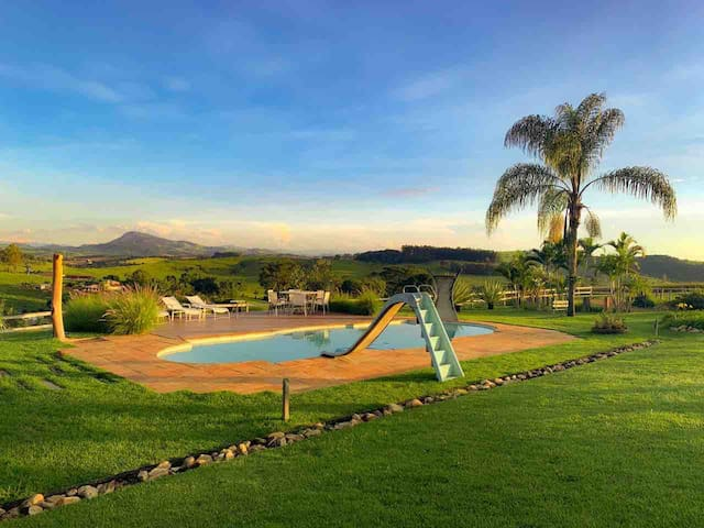 Sítio - Casa de Campo. Piscina e vista p/ Montanha
