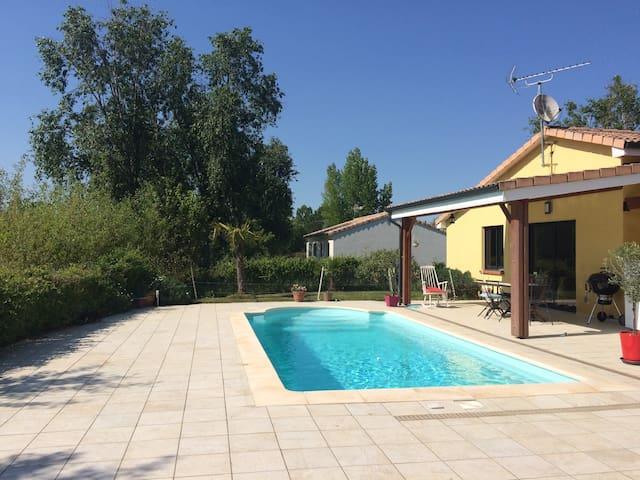 Agréable dépendance avec piscine posée sur un golf - Fiac - House