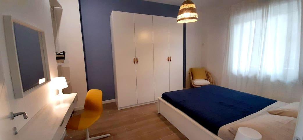 Camera da letto matrimoniale con spazio trucco/lavoro