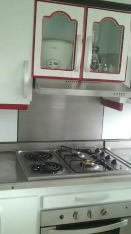 Hermosa cocina recién reformada con todo para cocinar