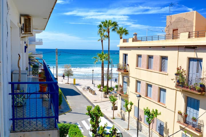 AQUA large 3 bed apartment looking on to the beach