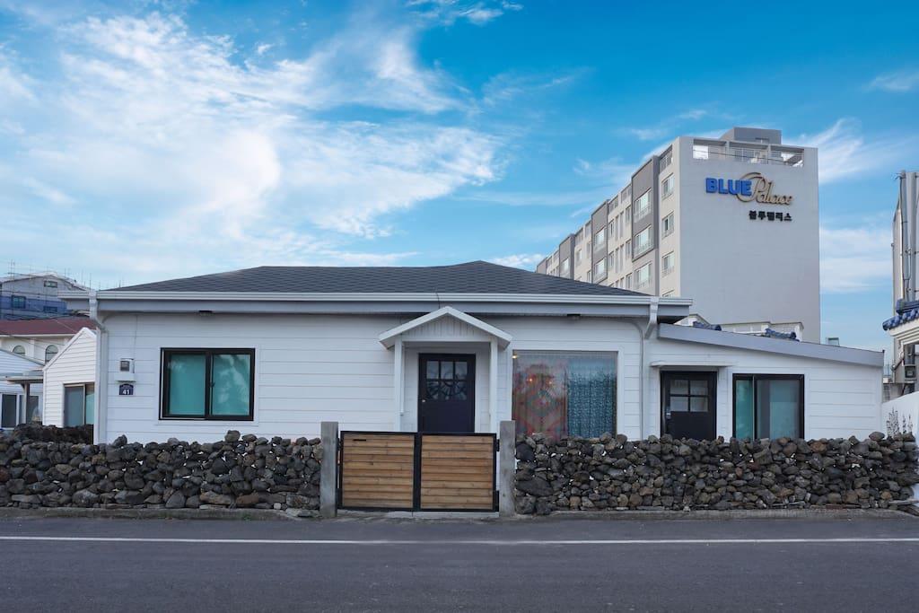 """제주 전통가옥을 리모델링한 주택의 별채(우)에 """"우리네 민박""""이 있습니다."""