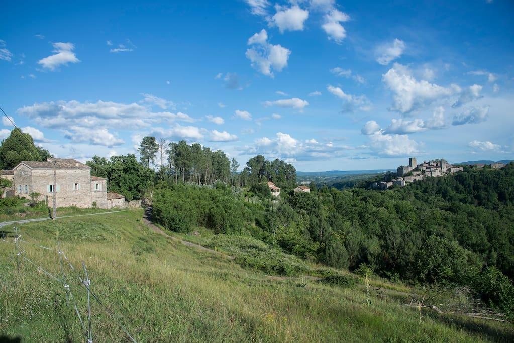 Vue d'ensemble, avec le village de Montréal à droite, et la location au centre de l'image.