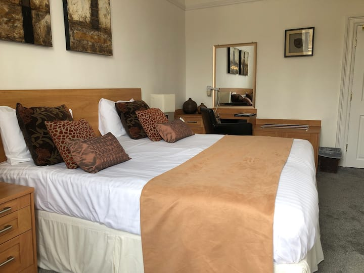 Spacious Double Room - The Deeping Stage