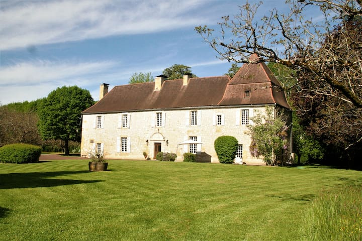 Stunning manor house with heated pool in Dordogne