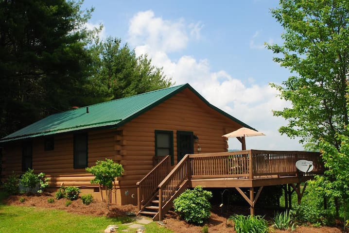 Top O' The Morning-Romantic cabin with hot tub, WIFI, Yard, Hiking nearby, Pet Friendly