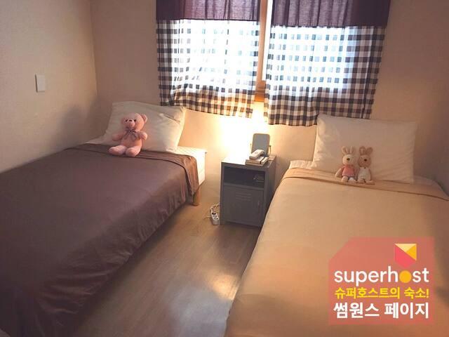 춘천명동 썸원스페이지-트윈룸 2번(1~2인실/개별욕실,화장실/책이 있는 조용한 북스테이)
