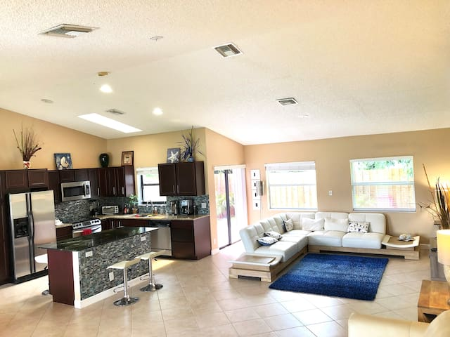 Gorgeous house with private backyard, Delray Beach