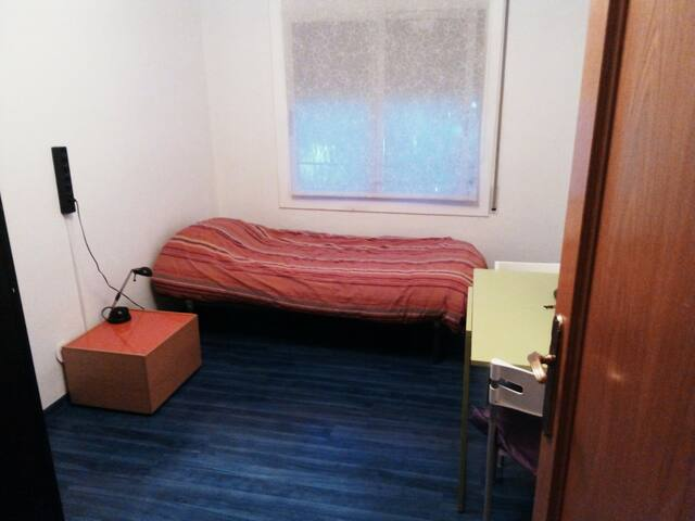 Room in St. Cugat center (20' from Barcelona)