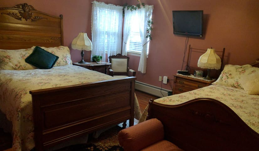 Utica, NY Lodging Rosemont Inn: Wine and Roses